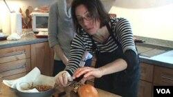 La estilista de alimentos, Lisa Cherkasky, prepara un sándwich salmón para una sesión fotográfica.