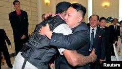 김정은 국방위원회 제1위원장(왼쪽)이 28일 방북 중인 전 미국프로농구(NBA) 선수 데니스 로드먼과 포옹하고 있다.