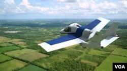 Mobil terbang buatan Terrafugia dalam sebuah penerbangan uji coba.