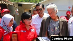 Christine Lagarde membawa cek bernilai dua miliar rupiah hasil sumbangan staf IMF di Washington DC, untuk para korban gempa di Lombok dan Palu.