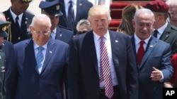 Donald Trump est entouré du président israélien Rueben Rivlin, à droite, et de son Premier ministre Benjamin Netanyahu à Tel Aviv, le 22 mai 2017.