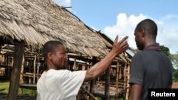 Un volontaire vérifiant la température d'un habitant en Afrique de l'Ouest, où l'épidémie d'Ebola serait peut-être en perte de vitesse (Reuters)