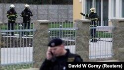 Пожарные и полиция обследуют район города, в котором в результате взрыва погиб палестинский посол в Чехии. Прага. 1 января 2013 г.