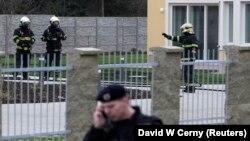 Polis ve itfaiye ekipleri Filistin Büyükelçisi'nin evinin civarında arama yaparken.