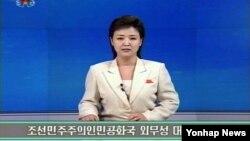 """북한은 16일 외무성 대변인 담화를 통해 미국이 한반도에서 최첨단 무기를 동원해 실시한 훈련을 비난하면서 """"(미국이) 대화를 운운하는 것이야말로 세계여론을 오도하려는 기만의 극치""""라고 비난했다. 외무성 대변인 담화 내용을 보도하는 조선중앙TV 화면."""