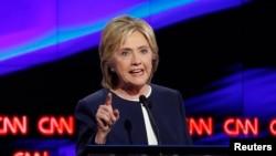 Kandidat calon presiden Partai Demokrat, Hillary Clinton, dalam debat resmi pertama Demokrat di Las Vegas, Nevada (13/10). (Reuters/Lucy Nicholson)