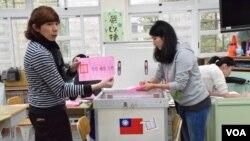 台北市一個總統、立委選舉票站開票的情形 (美國之音 湯惠芸拍攝)