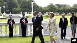 Shugaaban Amurka Barack Obama da mai dakinsa Michelle Obama suna tafiya tare da shugabar kasar Ireland Mary McAleese and mai gidanta Martin McAleese
