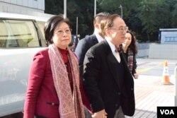 香港前特首曾蔭權被判罪成前與妻子曾鮑笑薇步入法庭。(美國之音湯惠芸攝)