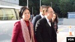 ông Tăng Âm Quyền (bên phải), còn gọi là Donald Tsang, cựu đặc khu trưởng Hồng Kông và vợ Selina Tsang Pou Siu Mei.