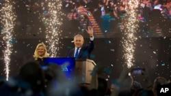 Izraelski premijer Benjamin Netanjahu, uz suprugu Saru, maše pristalicama nakon zatvaranja biračkih mesta posle opštih izbora u Izraelu, u Telavivu, Izrael, 10. aprila 2019.