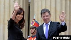 Los presidentes Cristina Fernández y Juan Manuel Santos, antes de iniciar la reunión privada.