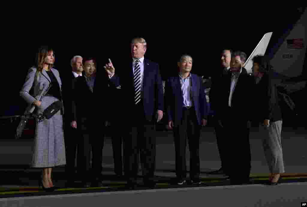 Президент США Дональд Трамп произносит речь, приветствуя Тони Кима, Ким Дон Чхоля и Ким Хак Сона, троих освобожденных из северокорейских тюрем американских граждан. 10 мая, авиабаза Эндрюс, штат Мэриленд