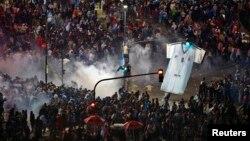 2014年7月13日阿根廷布宜诺斯艾利斯: 阿根廷足球世界杯决赛输给德国,球迷骚乱,防暴警察使用催泪瓦斯驱散