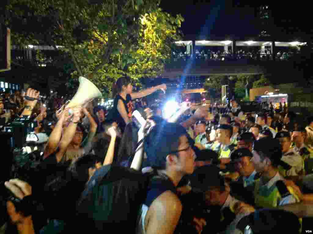 抗议者发表讲话