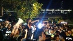 2014年8月31日香港泛民举行抗议集会,抗议者发表讲话