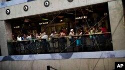 西班牙馬德里受到高失業率影響﹐在一個購物中心﹐市民坐在一家咖啡店中休息。