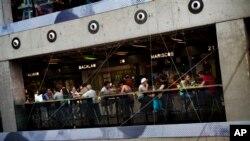 Warga duduk-duduk di bar di Madrid, Spanyol. Setelah mendapat pukulan terparah akibat krisis properti 2008, Spanyol mulai bangkit. (Foto: Dok)
