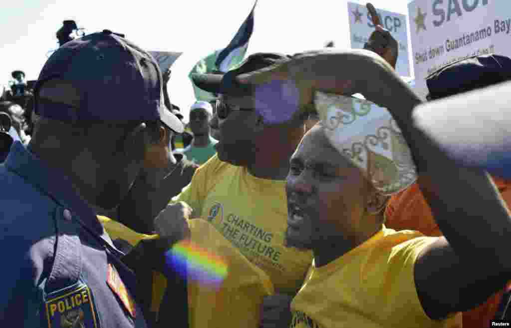 Protesters argue with police outside the University of Johannesburg in Soweto, ahead of a visit by U.S. President Barack Obama, June 29, 2013.
