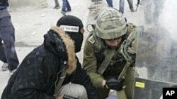 팔레스타인 시위대를 진압하는 이스라엘 군