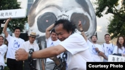 陈维明在洛杉矶中领馆前纪念六四的镣铐之舞(杨轶峰提供)