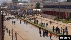 Des manifestants opposés au gouvernement barricadent une route à Bamenda, Cameroun, 8 décembre 2016.