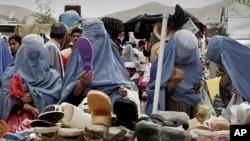 د افغانستان مېرمنې له چادري سره سودا کوي