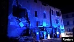Gedung yang rusak di Visso, Italia, akibat gempa (26/10).