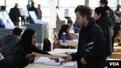 Para pemilih AS memberikan suara di kota New York, Selasa (8/11).