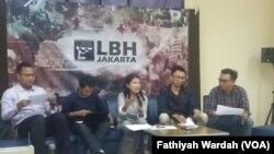 Koalisi Masyarakat Sipil Selamatkan MK (Mahkamah Konstitusi) menyampaikan pernyataan sikap dalam jumpa pers yang digelar di kantor Lembaga Bantuan Hukum (LBH) Jakarta (foto: VOA/Fathiyah Wardah)