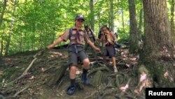 """Pramuka putri dari Cub South Den 13, dari Pramuka Cilik Virginia, sedang hiking untuk persiapan menjadi anggota pramuka putra Boys Scouts of America, atau """"Scouts BSA"""" di McLean, Virginia, 20 Mei 2018. (Foto: Reuters)"""
