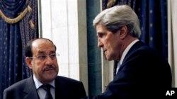 Menlu AS John Kerry (kanan) saat bertemu PM Irak Nouri al-Maliki di Baghdad (24/3). Kerry mendesak PM Maliki untuk menghentikan penerbangan menuju Suriah.