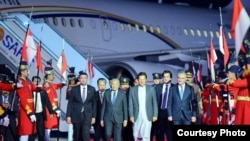 Prime Minister Imran Khan leads Malaysian Prime Minister Mahathir Mohamad and his entourage from their plane at the airport near Islamabad, March 21, 2019. (Photo courtesy of Pakistani prime minister's office)