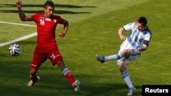 브라질 월드컵 대회에 출전한 아르헨티나의 메시(오른쪽) 선수가 21일 이란과의 경기 종료 직전에 슛을 날리고 있다.