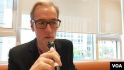 과거 동독의 반체제 인사로 현재 독일연방 독재청산재단에서 활동 중인 피터 코입 씨가 26일 서울에서 VOA와 인터뷰하고 있다.