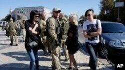 Anggota pasukan sukarela Azov di Kyiv, Ukraina (15/9). (AP/Sergei Chuzavkov)