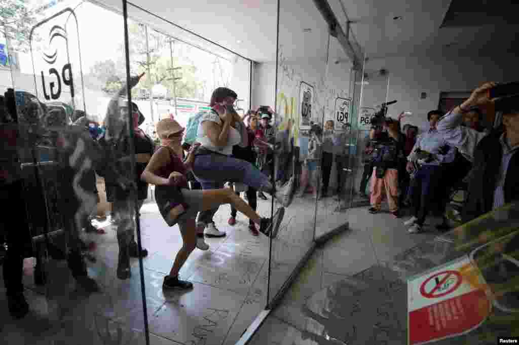 احتجاج کے دوران خواتین مظاہرین کی جانب سے ایئر پورٹ کے احاطے میں توڑ پھوڑ بھی کی گئی۔