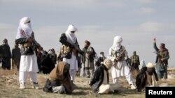 지난해 4월 아프가니스탄 가즈니 주에서 무장반군 탈레반이 이슬람법에 따라 총살형을 집행하고 있다. (자료사진)