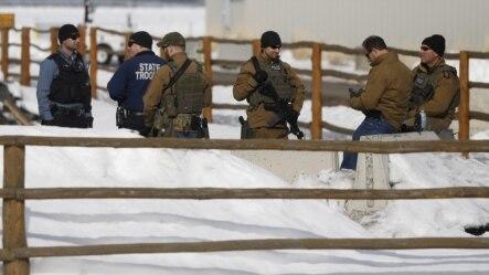 Pihak berwajib AS saat mengepung lokasi bangunan satwa liar di dekat Burns, Oregon (foto: dok).