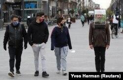 """Seniman Belgia, Alain Verschueren, mengenakan """"Oasis Portabel"""" saat berjalan jalan di Kota Brussels, Belgia di tengah wabah virus corona, 16 April 2021. (Foto: Yves Herman/Reuters)"""