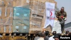 加沙地带巴勒斯坦民众从车辆上取下救援物资