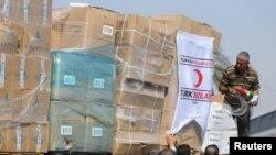 Người dân Palestine tháo gỡ lô hàng viện trợ của Thổ Nhĩ Kỳ được chuyển đến Gaza thông qua Israel ngày 4/7/2016.