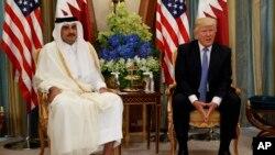 Serok Donald Trump (R) û Emîrê Qatar Şêx Tamim Bin Hamad Al-Thani (Ç), Riyaz, Erebistana Saûdî 21î Gulanê 2017.