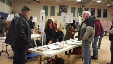 Voters at Hood Middle School in Derry, New Hampshire, Feb. 9, 2016. (Photo: S. Gong / VOA)