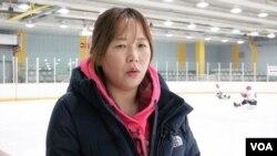 지난 1997년 탈북해 한국 여자아이스하키 국가대표로 활약했던 황보영 고양시 슬레지하키팀 감독이 21일 VOA와 인터뷰하고 있다.