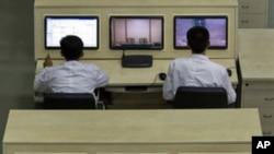 朝鲜技术人员4月11日在平壤郊外的火箭发射指挥中心计算机终端机旁工作