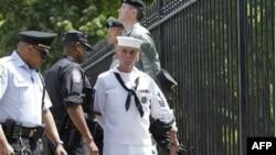 Военные - представители секс-меншинств, в знак протеста приковавали себя к ограде Белого дома