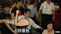 香港政務司司長林鄭月娥出席政改研討會,拒絕接收示威者要求公民提名普選特首的示威物品(美國之音湯惠芸)