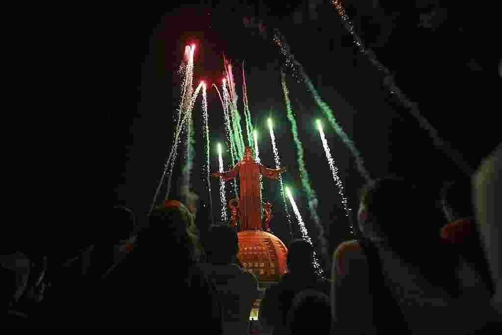 Los fuegos artificiales iluminan la noche tras la inauguración de la nueva iluminación de la estatua de Cristo Rey por parte del papa Benedict o XVI. (AP)