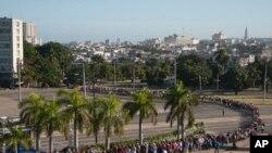 Cubanos hacen fila para visitar el sitio del homenaje oficial a Fidel Castro en la Plaza de la Revolución en La Habana.